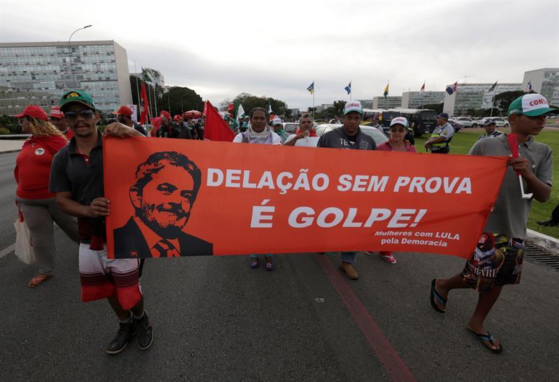 Partidarios de Lula protestan contra la pena de prisión del ex mandatario. 17 abril, Explanada de los Ministerios, Brasilia. Foto: Joédson Alves / EFE.