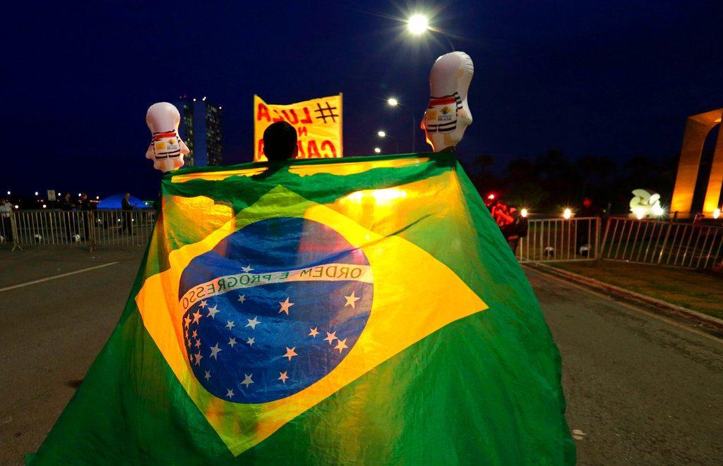 Un manifestante opuesto a Lula afuera del Congreso Nacional en Brasilia, el 4 de abril de 2018. Foto: Eraldo Peres / AP.