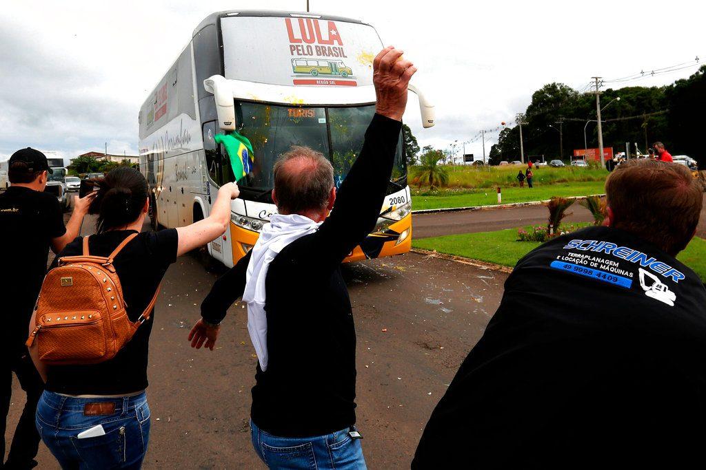 Oponentes de Lula arrojan huevos a su caravana, a su llegada a Sao Miguel do Oeste, en el sur de Brasil, el 18 de marzo pasado. Foto: Eraldo Peres / AP.
