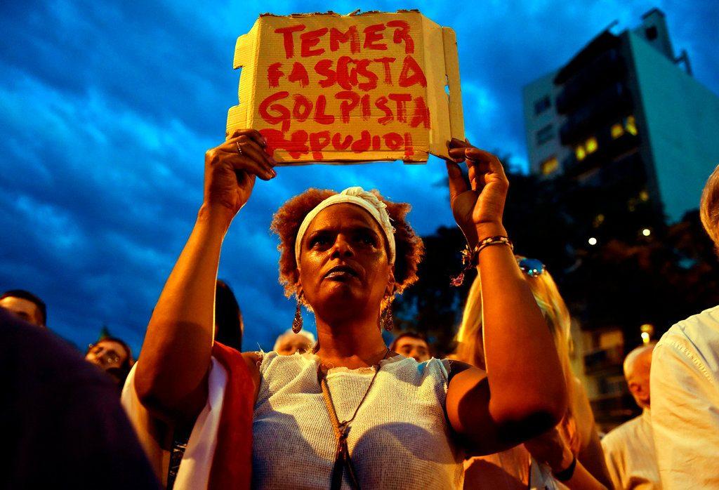 """""""Temer fascista, golpista, repudio"""", manifestación en el exterior de la embajada de Brasil en Montevideo. Foto: Matilde Campodónico / AP."""