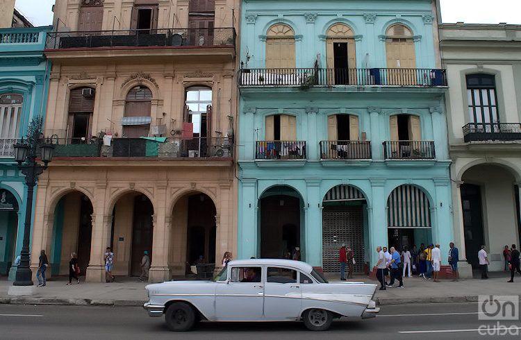 Exterior de varios edificios de la calle Prado, frente al Capitolio de La Habana. Foto: Otmaro Rodríguez.