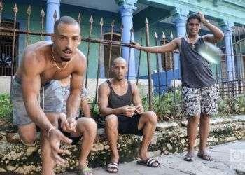 Jugando bolas en alguna esquina de La Habana. Foto: Kaloian.