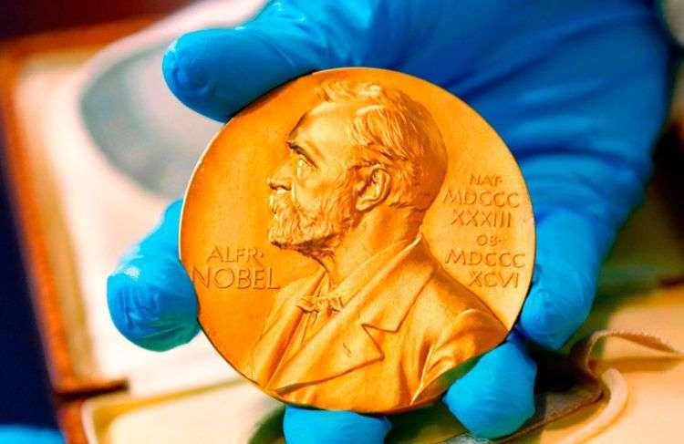 Medalla de oro del Premio Nobel otorgada a Gabriel García Márquez. Foto: Fernando Vergara / AP / Archivo.