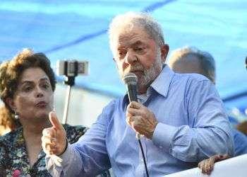 El expresidente de Brasil, Luis Inacio Lula da Silva, pronuncia un discurso ante simpatizantes en Porto Alegre, Brasil, el martes 23 de enero de 2018. Foto: Wesley Santos / AP.