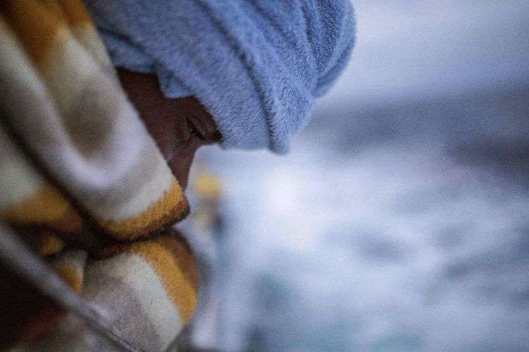 En esta imagen un hombre en cubierta tras ser rescatado por cooperantes humanitarios de la ONG española Proactiva Open Arms, tras abandonar Libia tratando de llegar a Europa. Foto: Olmo Calvo / AP.