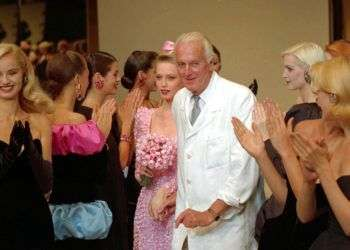 En esta foto de 1995, el diseñador francés Hubert de Givenchy es aplaudido por sus modelos tras presentar su colección otoño-invierno 1995-96 en París. Foto: Lionel Cironneau / AP.