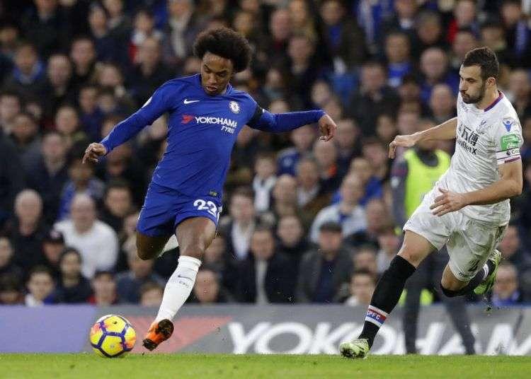 El extremo brasileño Willian, izquierda, anotó el gol del Chelsea en el partido de la ida contra el Barcelona. Foto: Matt Dunham / AP.