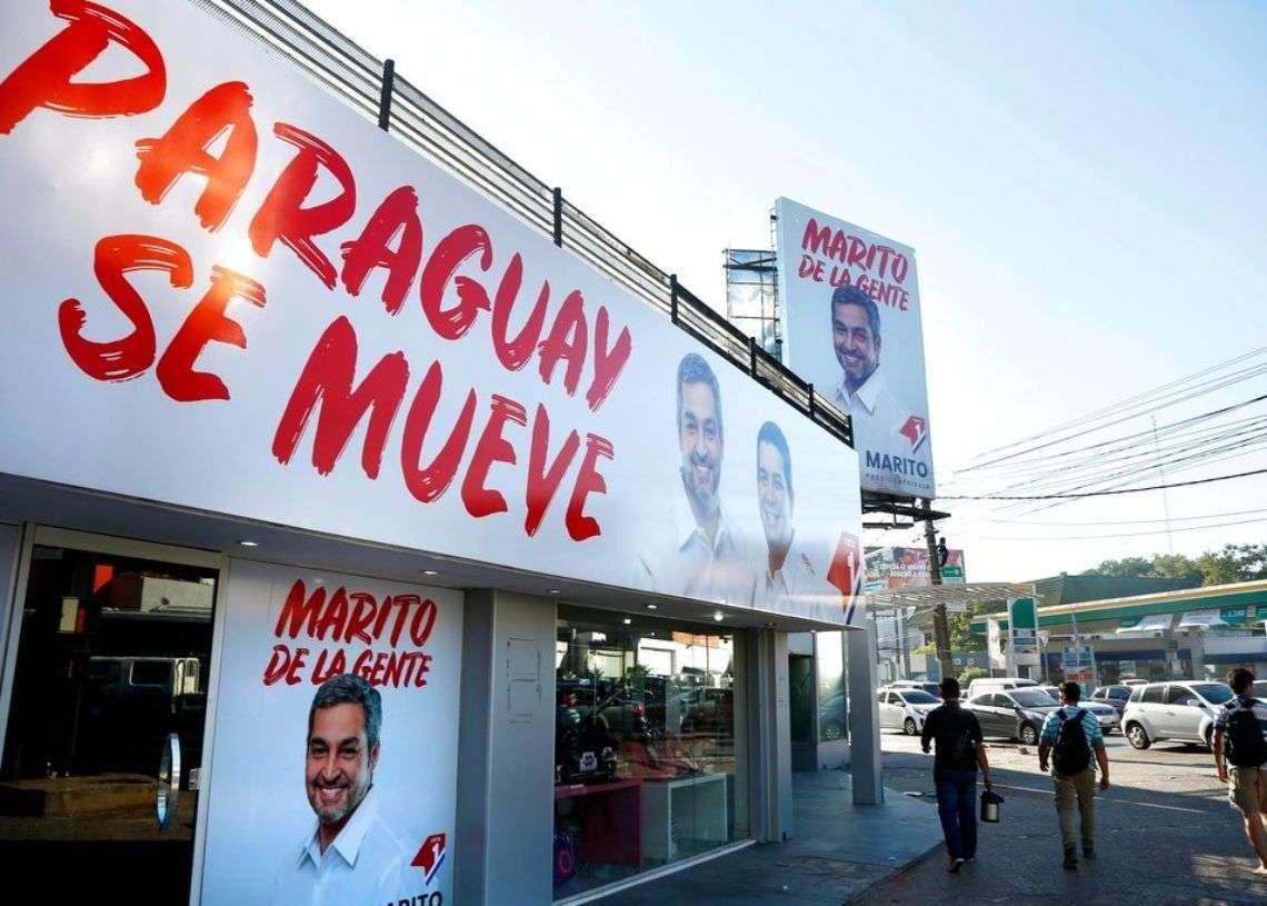 Anuncios de la campaña electoral del Partido Colorado están desplegados en una farmacia de Asunción, Paraguay. Foto: Jorge Saenz / AP.