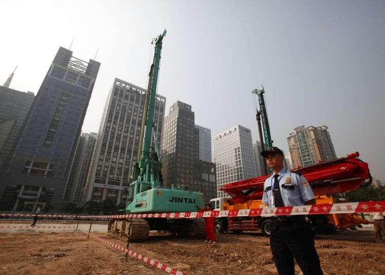 En esta imagen de archivo un agente de seguridad custodia la obra del complejo del consulado de Estados Unidos en Guangzhou, en la provincia sureña de Guangdong, en China. Foto: Chinatopix via AP.