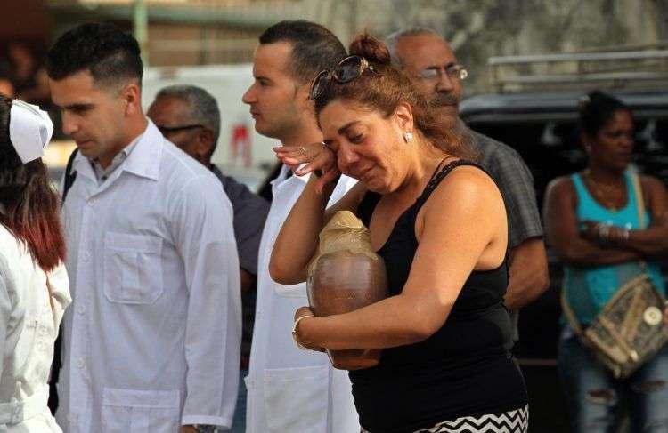 Familiares de las víctimas que ya han sido identificadas reciben sus restos. Alejandro Ernesto / EFE.