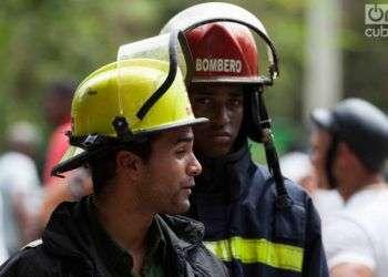 Bomberos en zona cercana al lugar del accidente. Foto: Claudio Pelaez Sordo.