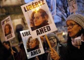 """Manifestantes muestran carteles que dicen """"Liberen a Ahed"""" el 4 de enero de 2018 en París. Ahed Tamimi, joven palestina de 17 años, será juzgada por un tribunal militar israelí por abofetear a dos soldados israelíes. Foto: Christophe Ena / AP."""