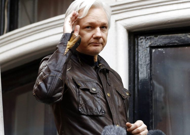 Julian Assange desde un balcón de la embajada ecuatoriana en Londres. Foto: Frank Augstein / AP.