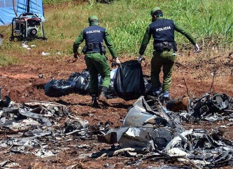 Personal cubano trabaja el domingo 20 de mayo en el lugar del accidente del vuelo DMJ-972 de Cubana de Aviación en La Habana. Foto: Marcelino Vázquez / EFE.