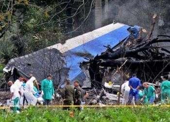 Policías y militares trabajan entre los restos del avión Boeing-737 que se estrelló el viernes 18 de mayo, poco después de despegar del aeropuerto José Martí. Foto: Omara García / EFE.