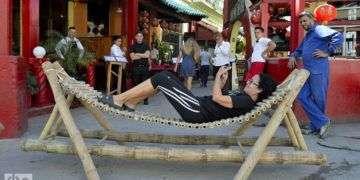 Hamaca de bambú en el Barrio Chino de La Habana. Foto: Otmaro Rodríguez.