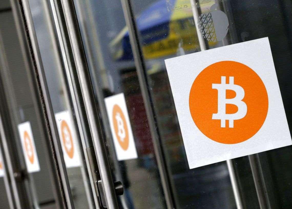 En esta foto de 2014, se ven logotipos de Bitcoin colocados para la conferencia Inside Bitcoins en Nueva York. Foto: Mark Lennihan / Archivo.