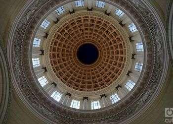 La cúpula del Capitolio de La Habana, divide al ala norte del sur. Foto: Otmaro Rodríguez.