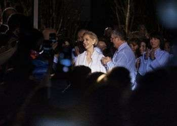 La diseñadora venezolana Carolina Herrera recibe el aplauso del público tras presentar su colección final al frente de su marca en la Semana de la Moda de Nueva York. Foto: Andres Kudacki / AP.