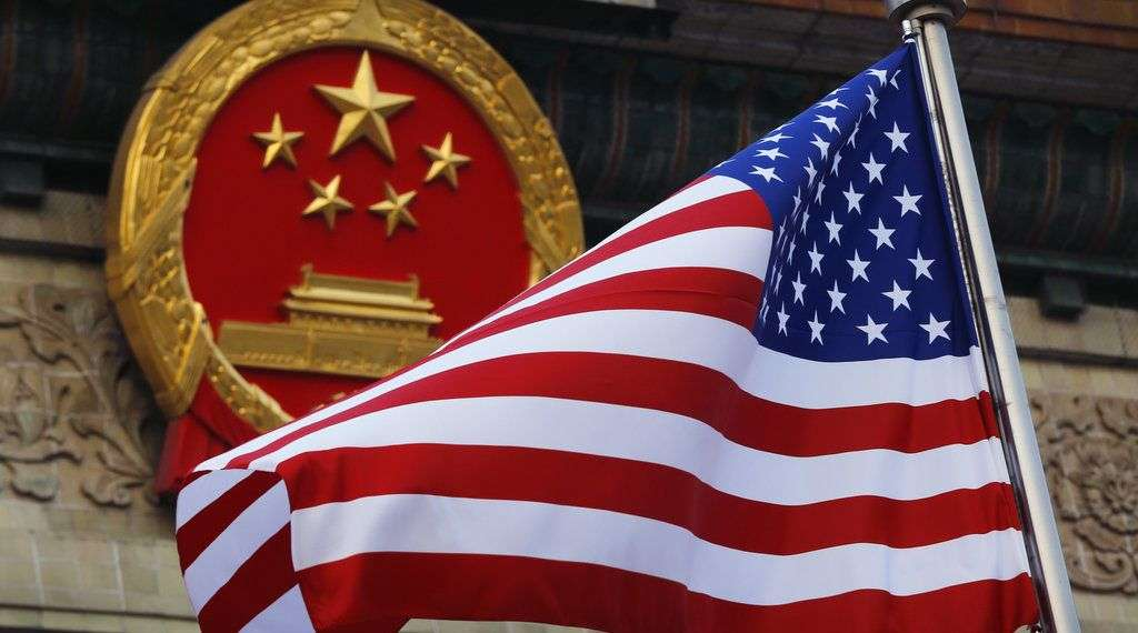 Bandera estadounidense frente al símbolo patrio chino durante la ceremonia de llegada del presidente estadounidense Donald Trump en Beijing, noviembre de 2017. Foto: Andy Wong / AP.