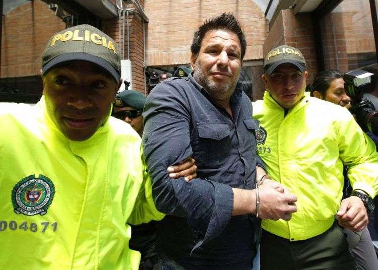 El cubano Raúl Gutiérrez Sánchez (centro), tras su detención en Colombia por ser un presunto terrorista islámico. Foto: Fernando Vergara / AP / Archivo.