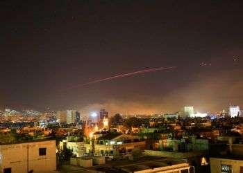 Fuego antiaéreo cruza el cielo de Damasco como defensa a un ataque estadounidense sobre la capital siria en la madrugada del sábado 14 de abril. Foto: Hassan Ammar / AP.
