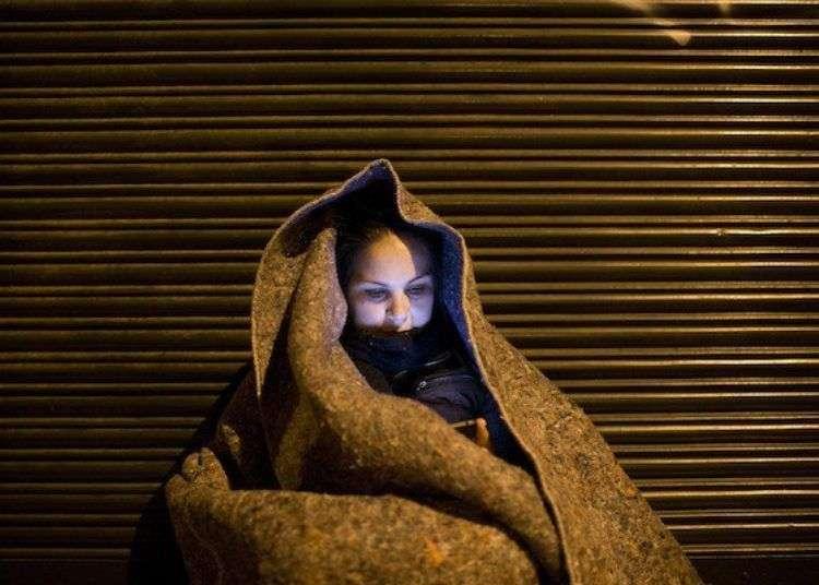 Una mujer cubana soporta el frío durante la vigilia en demanda de su legalización y la de sus compatriotas. Foto: Edu León.