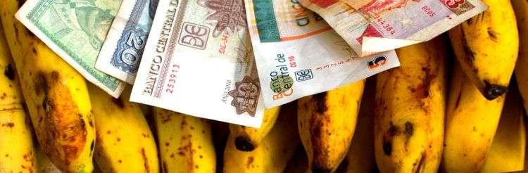 Pesos convertibles y pesos cubanos regulares. Foto: Ramón Espinosa / AP / Archivo.