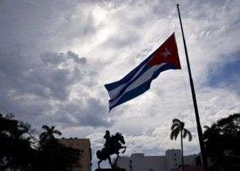Bandera cubana ondea a media asta cerca de la estatua de José Martí. Foto: Ramón Espinosa/AP/Archivo.
