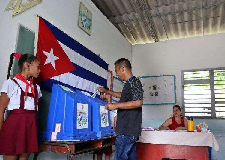 Según datos preliminares, en las elecciones de este domingo en Cuba votó el 82,9 % de los electores. Foto: Alejandro Ernesto / EFE.