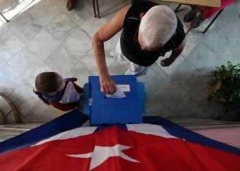 Elecciones municipales en un colegio electoral de La Habana. Foto: Alejandro Ernesto / EFE/Archivo