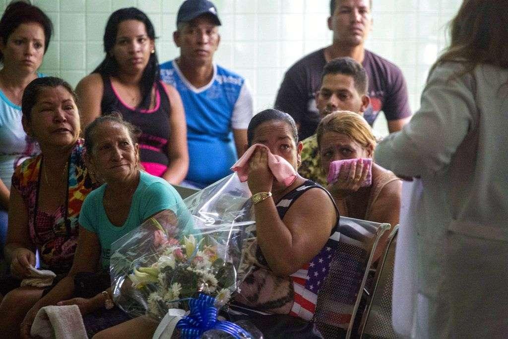Familiares de pasajeros que fallecieron en el accidente de aviación en Cuba aguardan para identificar los restos de sus seres queridos. Foto: Desmond Boylan / AP / Archivo.