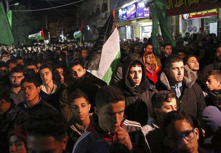 Familiares de Jamal Afaneh, un joven palestino de 15 años, velan su cuerpo en su casa durante su funeral, en el campo de refugiados de Rafah, en el sur de la Franja de Gaza, el 13 de mayo de 2018. Afaneh fue asesinado por soldados israelíes durante una protesta en la frontera. Foto: Khalil Hamra / AP.