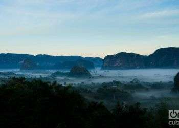Para muchos pasantes, es solo un valle lindo que se cubre de neblina al amanecer, con un manto a media altura, entre los mogotes más empinados. Foto: Guillermo Seijo.