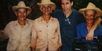 Jon Alpert con los tres de los hermanos Borrego.