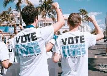 Durante la marcha por el control de armas convocada en todo el país el 24 de marzo pasado, una parte de los manifestantes, jóvenes la mayoría, insistieron en el llamado a votar. Esta foto fue tomada en Miami Beach ese día. Foto: Juan Cruz.
