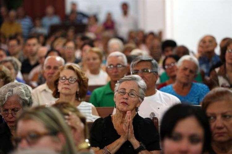 Decenas de personas asisten a una misa celebrada el martes 22 de mayo de 2018, en la Catedral de la ciudad de Holguín, en homenaje a las personas fallecidas en el desastre aéreo del pasado viernes en La Habana. Foto: Alejandro Ernesto / EFE.