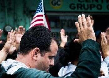 Cubanos rezan en Nuevo Laredo, México, el 20 de enero de 2017. Foto: Irina Dambrauskas.