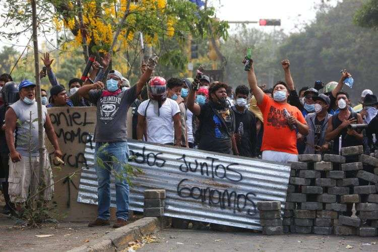 Un grupo de manifestantes lanza consignas tras bloquear una calle en un confrontamiento con las fuerzas de seguridad cerca de la Universidad Politécnica de Nicaragua (UPOLI) en Managua, el sábado 21 de abril. Foto: Alfredo Zúñiga / AP.
