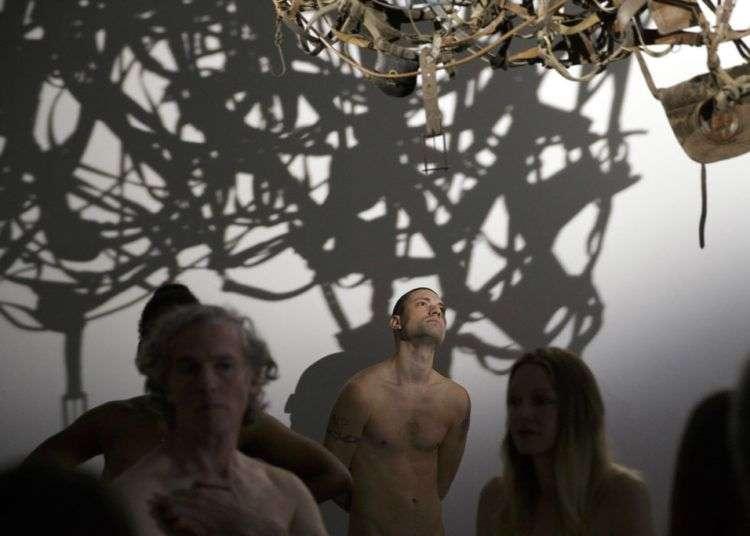 Nudistas visitan una exposición de arte contemporáne en el museo Palais de Tokyo en París. Foto: Geoffroy Van Der Hasselt / pool foto vía AP.