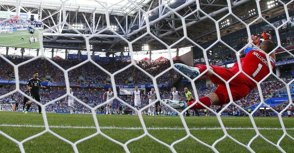 El arquero de Islandia Hannes Halldorsson ataja el remate de penal de Lionel Messi en el partido del Grupo D del Mundial en el estadio Spartak de Moscú. Foto: Antonio Calanni / AP.