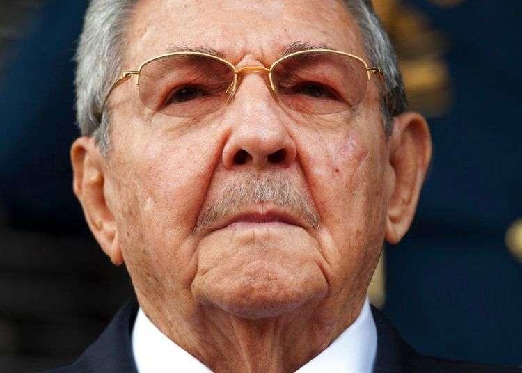 El presidente de Cuba, Raúl Castro, escucha el himno nacional a su llegada al palacio presidencial de Miraflores, en Caracas, el 17 de marzo de 2015. Foto: Ariana Cubillos / AP.