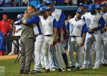 Tabares (de traje) abraza a sus compañeros de Industriales durante su retiro. Foto: Otmaro Rodríguez.