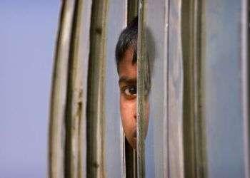 Un niño rohinya, que vive en un campo de refugiados cerca de la frontera entre Bangladesh y Myanmar, mira a través de la ventana de un autocar durante un trayecto al campamento de Balukhali, a 50 kms de Cox's Bazar, en Bangladesh, el 18 de enero de 2018. Foto: Manish Swarup / AP / Archivo.