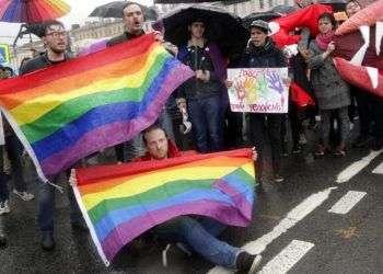 Activistas gays protestan en San Petersburgo, Rusia, el 1ro de mayo de 2018. Foto: Dmitri Lovetsky / AP.