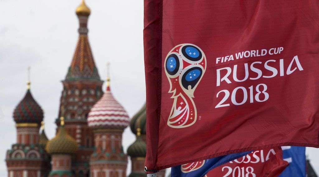 Una bandera con el logo de la Copa del Mundo 2018 ondea frente a la Catedral de de San Basilio, en Moscú. Foto: Pavel Golovkin / AP.