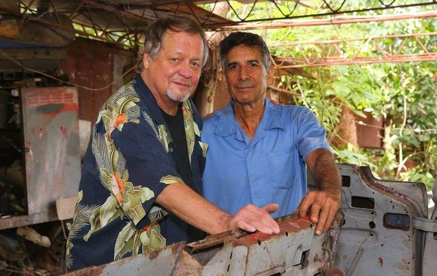 David Soul y Pedro Pino con el Chrysler New Yorker de Hemingway, en diciembre de 2012;. Foto: Christopher P. Baker.