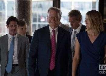 Eric Schmidt (centro), presidente ejecutivo de Google en el Hotel Meliá Cohíba de La Habana. Foto: Otmaro Rodríguez.