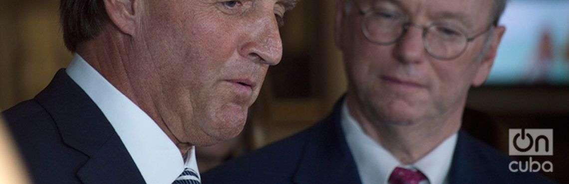 El senador estadounidense Jeff Flake (izquierda) junto a Eric Schmidt, presidente ejecutivo de Google, durante su intercambio con la prensa tras reunirse con el presidente cubano Miguel Díaz-Canel este 4 de junio de 2018. Foto: Otmaro Rodríguez.
