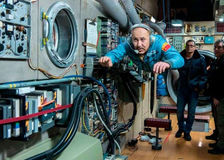 """Rodaje de """"Sergio & Serguei"""". Héctor Noas interpreta a un cosmonauta ruso. Al fondo a la izquierda, Ernesto Daranas, director del filme."""